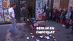 Ces parisiens ont pu repartir avec un morceau du mur de Berlin... en chocolat