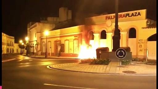 En llamas un contenedor de los nuevos en la noche de reflexión en Jerez
