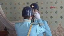 Ata'nın yatağı başında nöbet tutan polis gözyaşlarını tutamadı