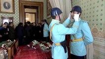 Ulu Önder Atatürk'ün Dolmabahçe Sarayı'ndaki odasında nöbet tutan asker, gözyaşlarına hakim olamadı