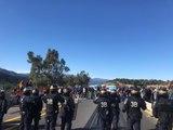 La policia francesa pacta amb alguns dels concentrats que retirin els cotxes atrapats lluny de l'escenari