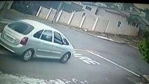 Câmera flagra acidente entre carro e moto no centro