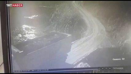 Rize'de kamyonun dereye yuvarlanması kamerada