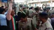 बिना अनुमित विरोध-प्रदर्शन कर रहे कांग्रेसियों और पुलिस के बीच झूमा-झटकी, कई को हिरासत में लिया