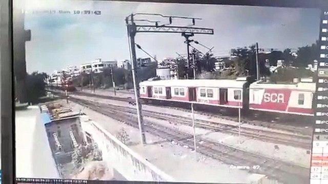 கொங்கு எக்ஸ்பிரஸ் மீது மோதிய மின்சார ரயில் -ஷாக்கிங் வீடியோ!