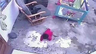Un chat sauve un bébé qui allait tomber dans les escaliers