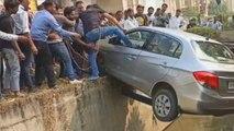 Un Indien se retrouve coincé au-dessus d'un canal avec sa voiture