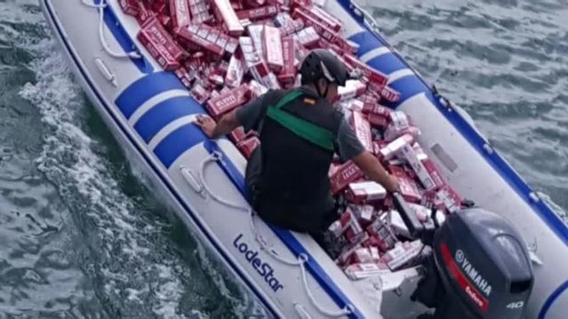 Centenares de cartones de tabaco arrojados al río Guadiaro por una banda de contrabandistas detenida