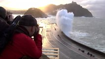 La pleamar azota la costa de San Sebastián