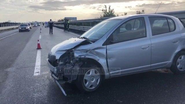 Makina përplaset me trafik-ndarësen, plagoset shoferja