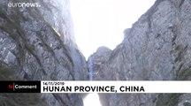 En wingsuit, ces deux Français traversent la grotte de Tianmen à 385km/h