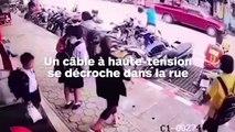 Un câble à haute-tension se détache et électrocute quelqu'un dans la rue