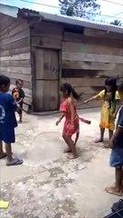 Enfants qui jouent à la corde à sauter avec le corps sans vie d'un serpent