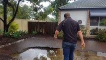 Regardez comment il évacue l'eau de son jardin inondé en quelques secondes