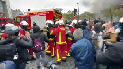 Manifestation à Paris: des pompiers empêchés d'intervenir par des casseurs à Place d'Italie