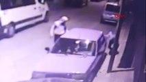 Sultangazi'de şüphelilerin otomobillere zarar verme anları kamerada