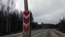 En russie on trouve des poteaux électriques au beau milieu de la route