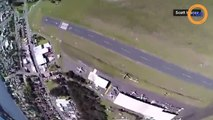 Un parachutiste atterrit avec précision sur une moto en marche