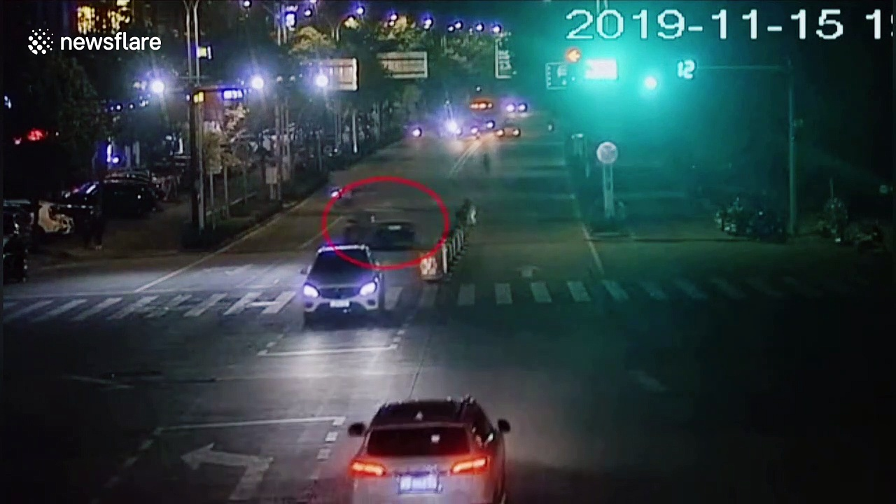 'Drunk' motorist driving in wrong direction crashes into four vehicles on busy road in China