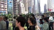 """Quận Central ( Trung tâm ), Hong Kong ~13h ngày 28/11/2019 (GMT+8): Tranh thủ giờ nghỉ trưa, rất nhiều nhân viên văn phòng tập trung cùng hát bài """"quốc ca"""" Vinh quang Hong Kong 願榮光歸香港 Glory to Hong Kong ( Nhạc đấu tranh của phong trào dân chủ Hong Kong )"""