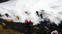 Islande : des touristes se font emportés par une énorme vague