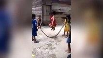 Effrayant : des enfants jouent à la corde à sauter avec un serpent !