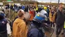 """ناشطون فرنسيون يقفلون مخزنا لأمازون في يوم """"الجمعة السوداء"""""""