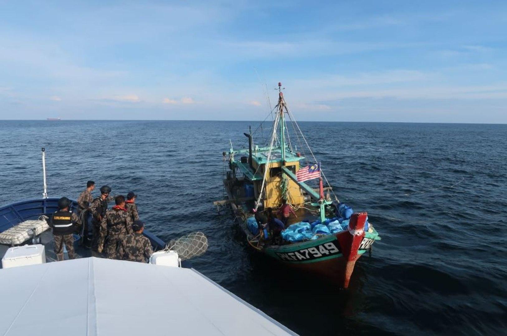 Video Kapal Ilegal Malaysia Ditangkap KKP di Selat Malaka