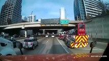 Un camion de pompier fait une entrée incroyable sur une voie rapide