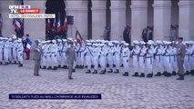 Le Gouverneur militaire de Paris salue les troupes dans la cour des Invalides