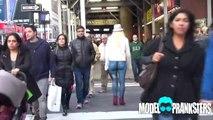Esta chica va por la calle en Nueva York sin pantalones