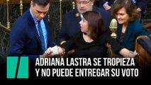 Adriana Lastra se tropieza y no puede entregar su voto