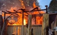 Üç yaşındaki çocuğunu, elleri bağlı halde yanan evde bıraktı