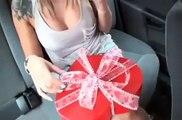 Le cadeau qu'il fait à sa copine infidèle est incroyable... Belle vengeance