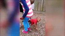 Cette maman retrouve son enfant suspendu au grillage par le pantalon, tête en bas