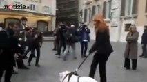 Michela Brambilla porta un maiale al guinzaglio in piazza Montecitorio | Notizie.it