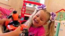 Diana finge jugar con juguetes de maquillaje