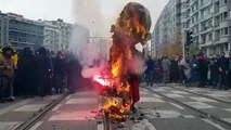 Grève du 5 décembre : Le pantin en papier mâché à l'effigie d'Emmanuel Macron est brûlé sur le carrefour Rivet sous les hourras des manifestants. Des pétards se font entendre.