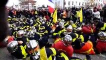 Avignon : les pompiers se couchent à terre devant la préfecture