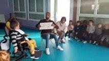 Petite séance d'apprentissage de la langue des signes pour les élèves de petite section