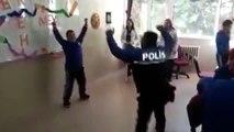 Polis memurunun down sendromlu öğrenciyle zeybek oynaması ilgi çekti