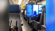 Un ado installe un écran dans le train pour jouer à Fortnite
