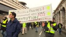 Parigi, tornano i gilet gialli: manifestazione contro le pensioni
