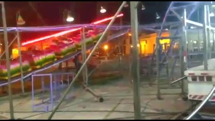 Trem de montanha-russa parte ao meio e três ficam feridos no litoral