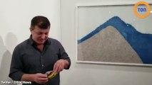 Il mange une banane à 120.000 dollars exposée à Miami en tant qu'oeuvre d'art !