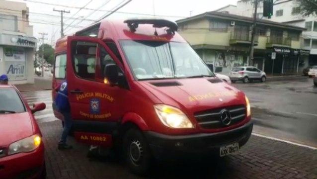 Carro e caminhonete se envolvem em colisão na Rua São Paulo