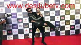 Ranveer Singh's bromance with MC Sher. Such PDA. Fun a the red carpet odf Star Screen Awards