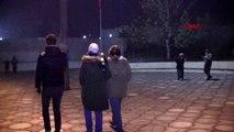 Bigadiç'te deprem nedeniyle korkuya kapılan bazı vatandaşlar geceyi sokakta geçiriyor
