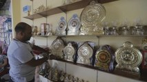 Orfebres de Sri Lanka reviven gracias a fiebre estatal por emblemas de latón