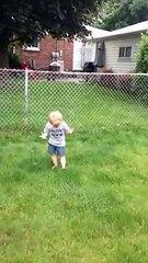 La réaction incroyable de cet enfant qui vient de marché sur une crotte de chien... Mythique